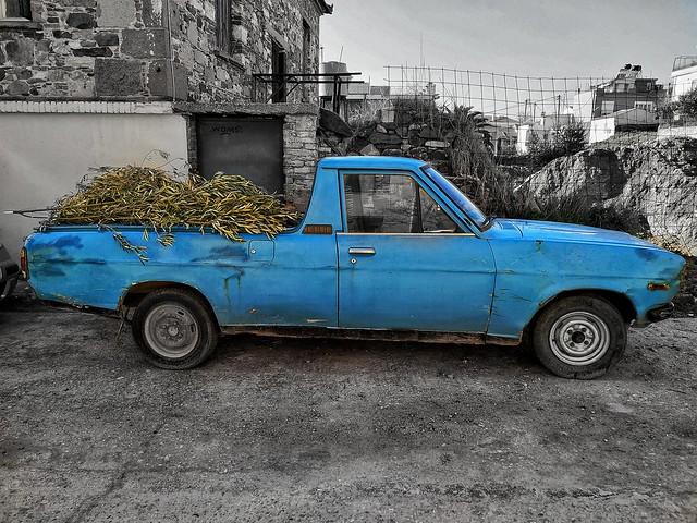Το αυτοκίνητο του αγρότη γεμάτο κλαδιά ελιάς...The farmer's car full of olive branches