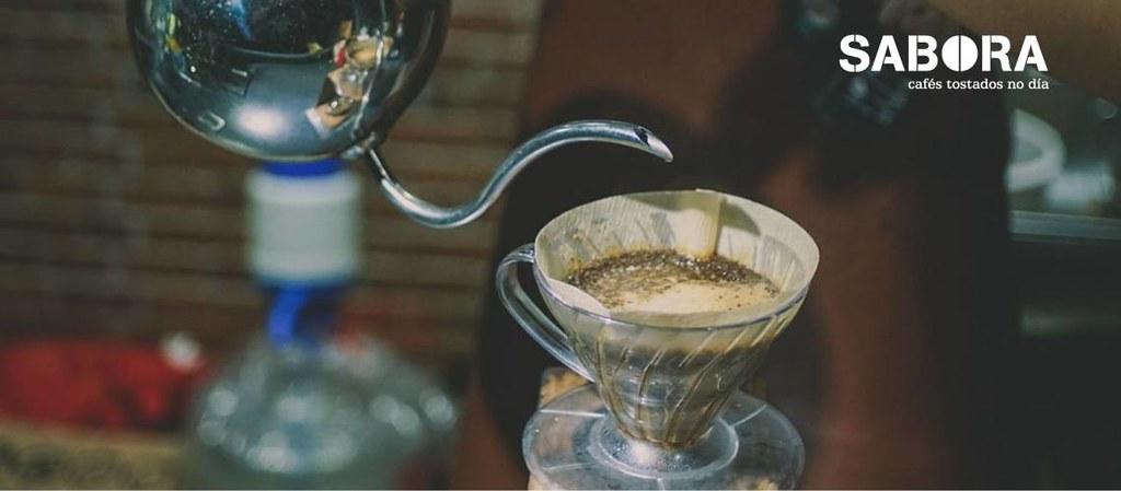 Barista haciendo un café de filtro en V60