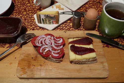 Tomaten mit Zwiebeln und Hornkäse mit Pasta de Guayaba auf Majanne-Brot