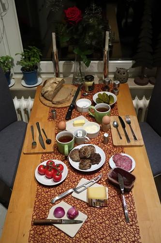 Pfefferminztee zum Abendbrot mit Pferdebuletten, gekochtem Ei, Tomaten und Hornkäse