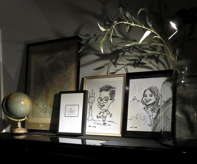 Foto's, globe en kaarten op de piano