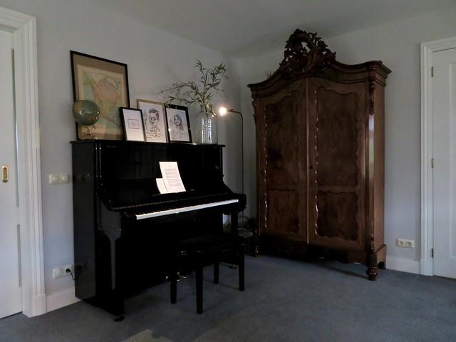 Zwarte piano antieke kast met kuif