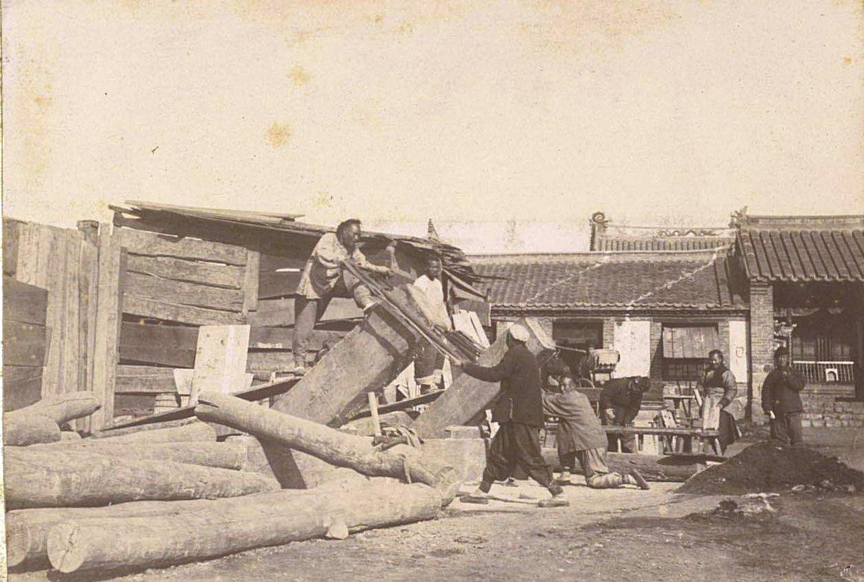 Рабочие пилят брёвна. 1901