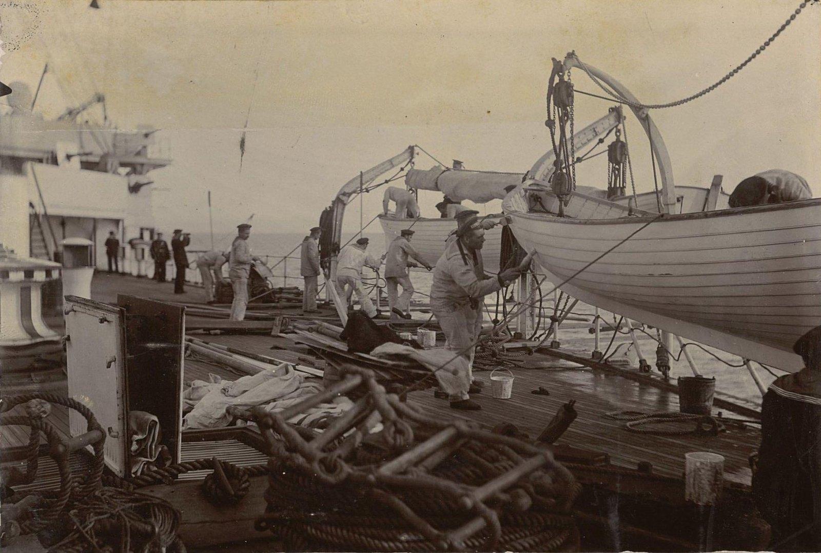 Владивосток. Моряки во время ремонта корабля (2)