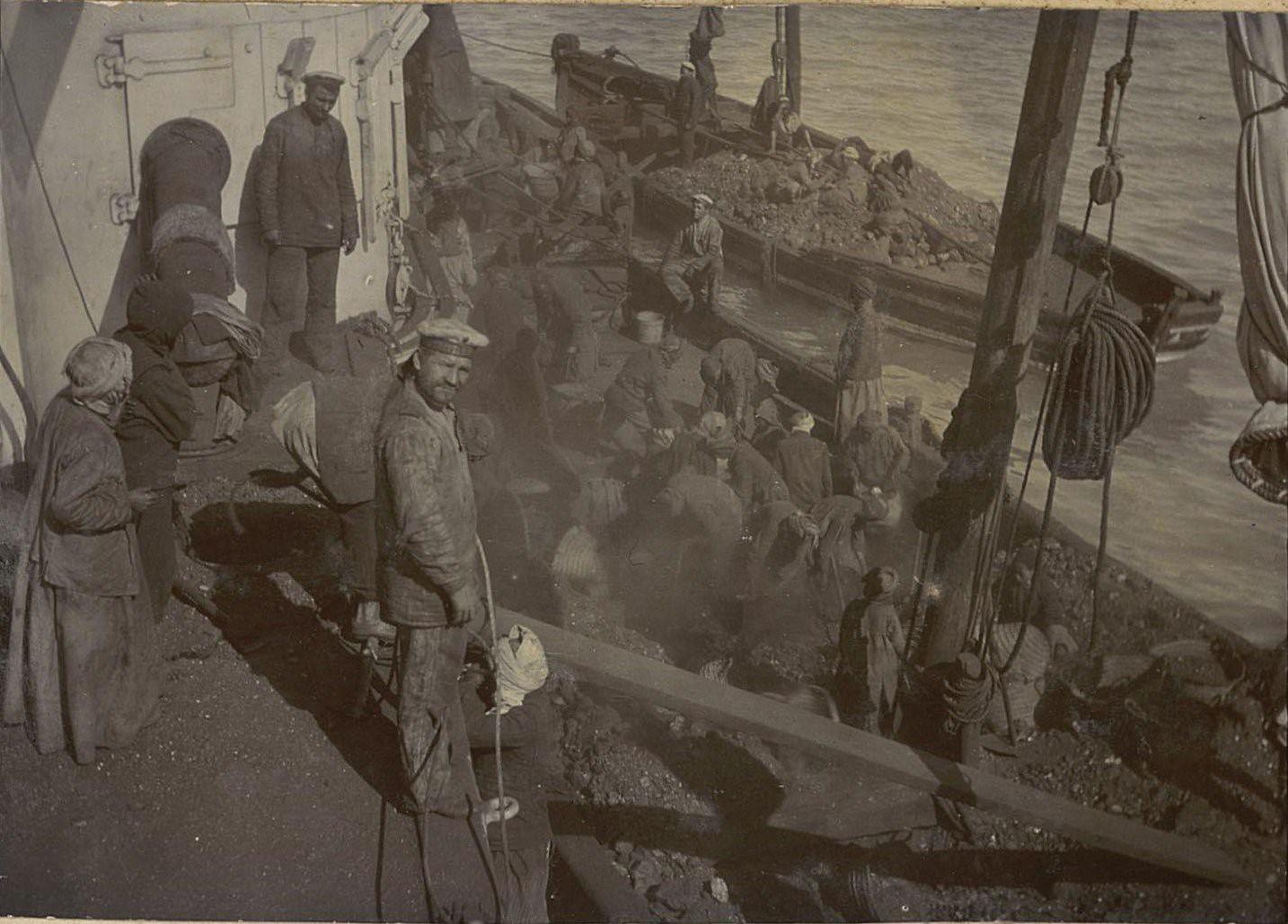 Владивосток. Моряки во время ремонта корабля (1)