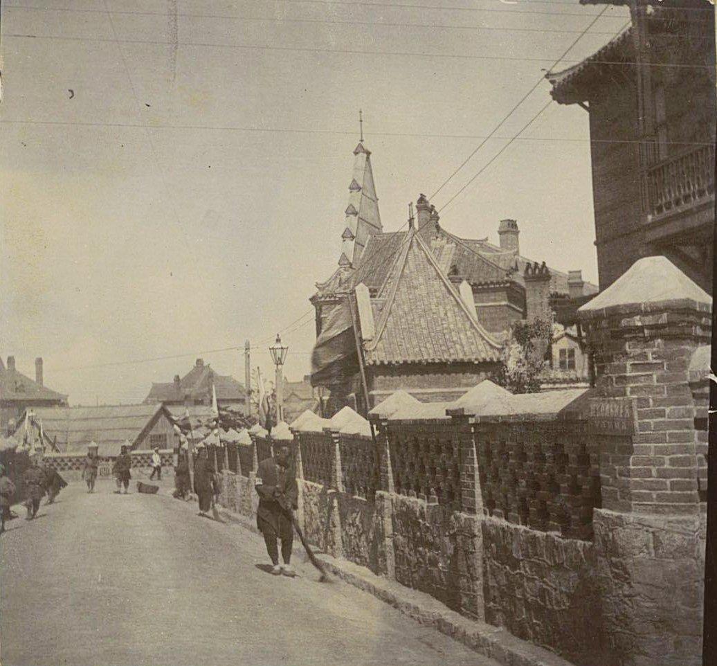Владивосток. Забор и здания на улице Школьной