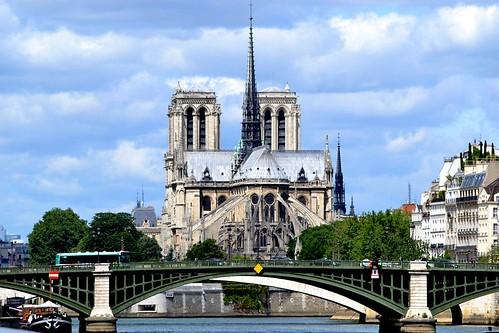 Notre-Dame de Paris en mai 2015. Quatre ans après une bonne partie du toi et surtout la flèche on disparu dans un incendie inexpliquée à ce jour…..