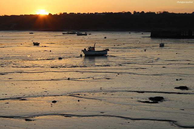 Le Soleil se couche sur le port de Cancale