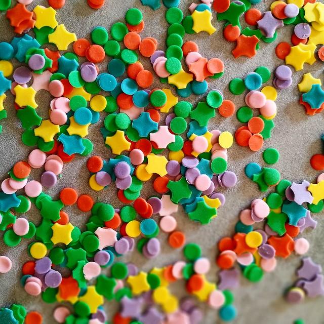 Coriandoli di ZUCCHERO! 😋😃🎉 . . 😁 SUGARPASTE! 😁 . . #carnevale 2020! 😍 . . #carnival #carnivalcake #carnevale #coriandoli #pastadizucchero #paolaazzolina #caketutorial #cakelove #cakery #cakedecorator #cake #cakedesign