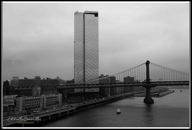 EDIFICIO MODERNO. MODERN BUILDING. NEW YORK CITY.