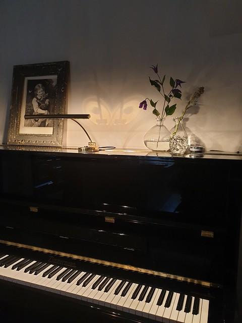 Glazen vaasjes op zwarte piano
