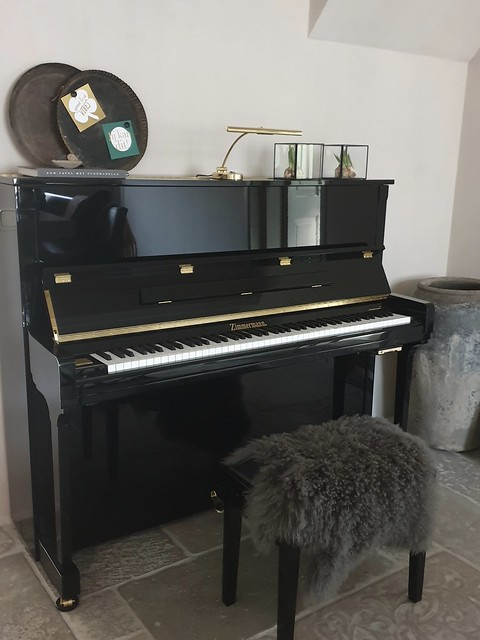Oude ronde bakblikken op zwarte piano