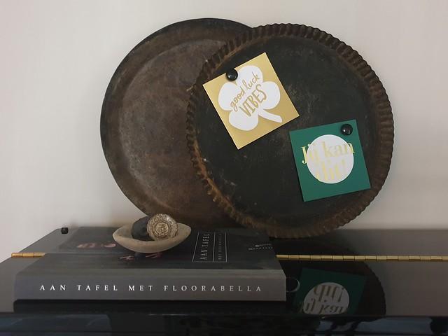 Bakblikken met magneetjes en kaarten op pianos