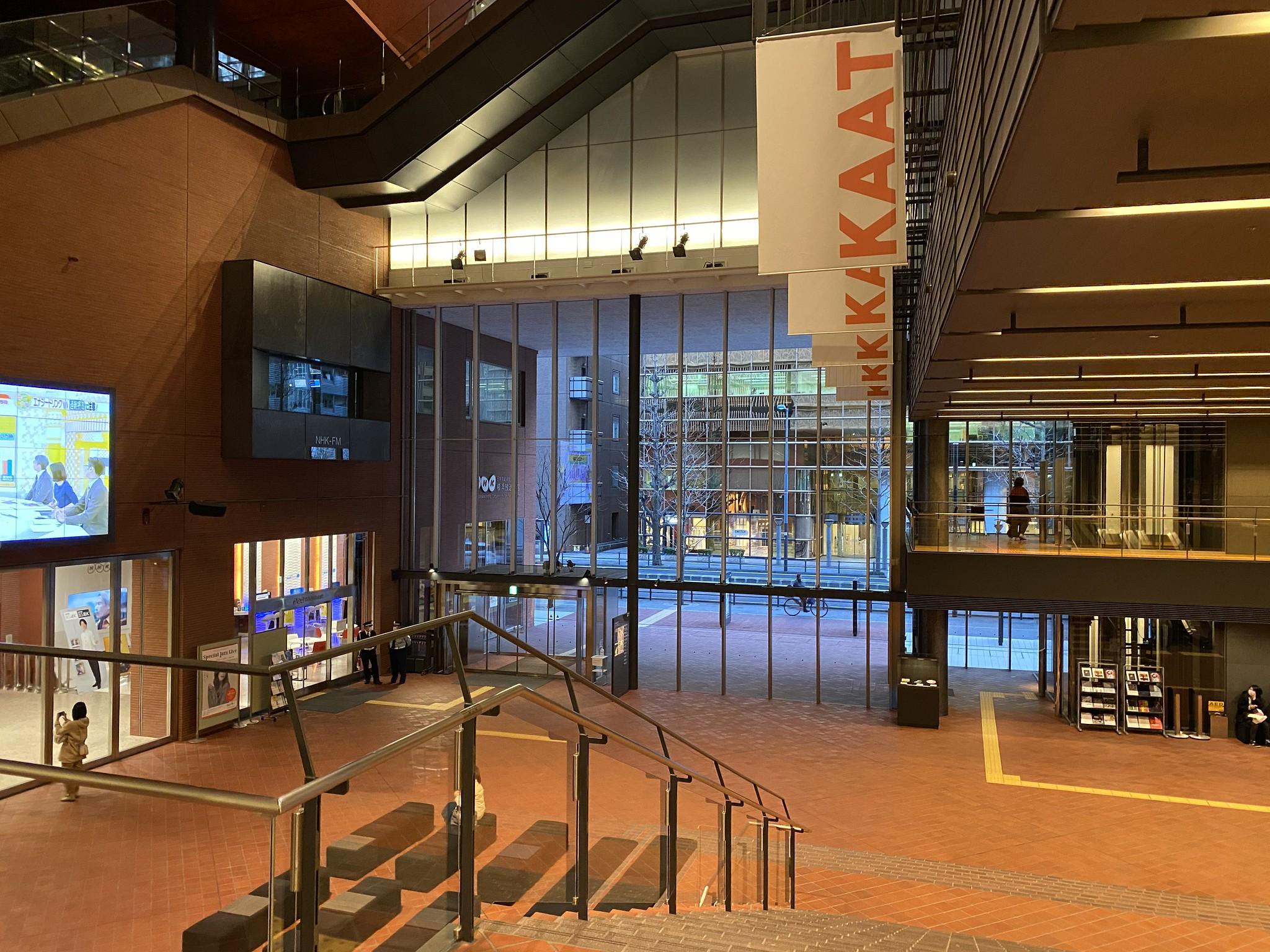 神奈川芸術劇場のエントランスは高い吹き抜けになっている