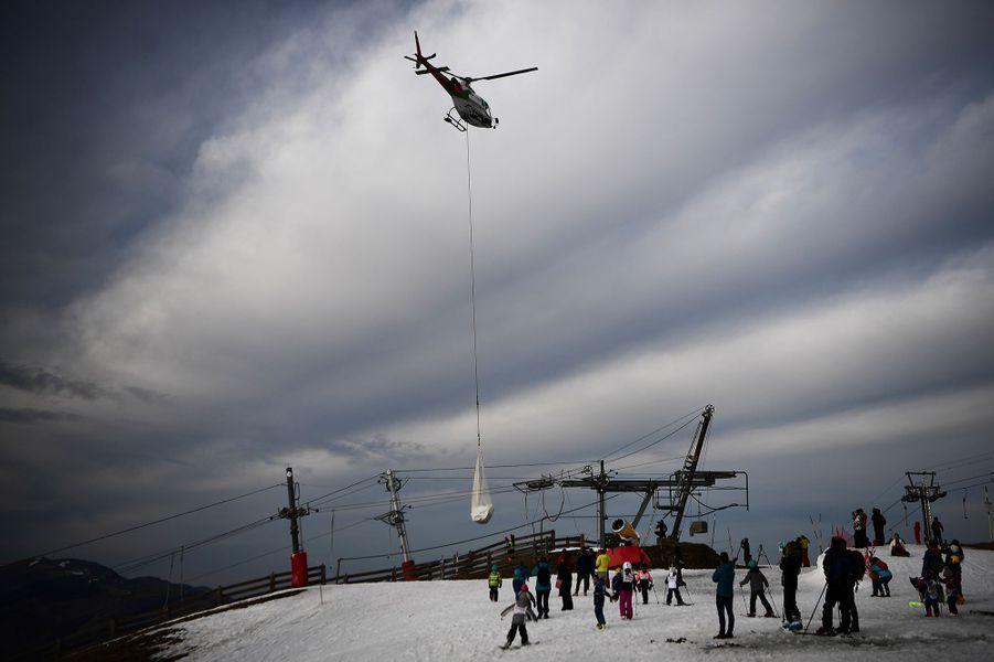 Helicóptero lleva nieve en Luchón