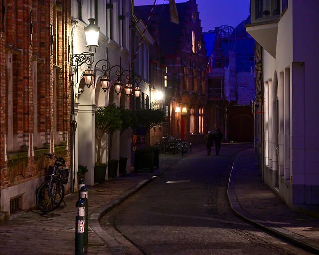 Calles iluminadas por farolas en la noche de Brujas