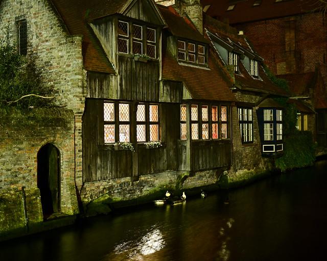 Vistas desde el puente de Bonifacio de noche en Brujas