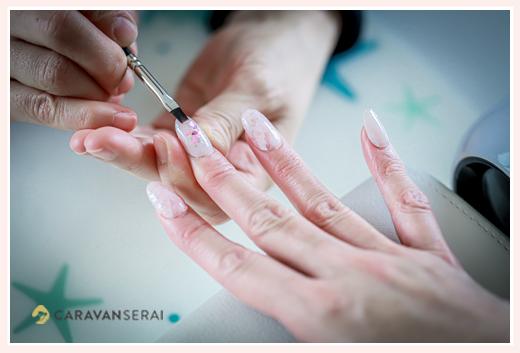 ネイルサロン 施術シーン 手元のアップ写真