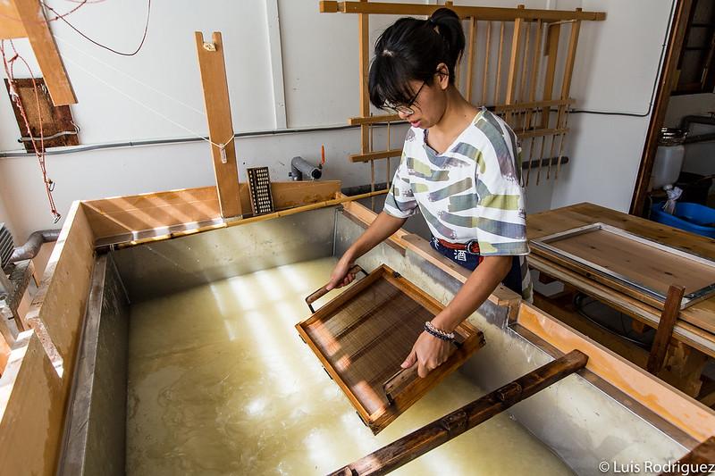 Artesana en Mino haciendo papel washi