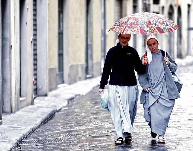 Suore con ombrello