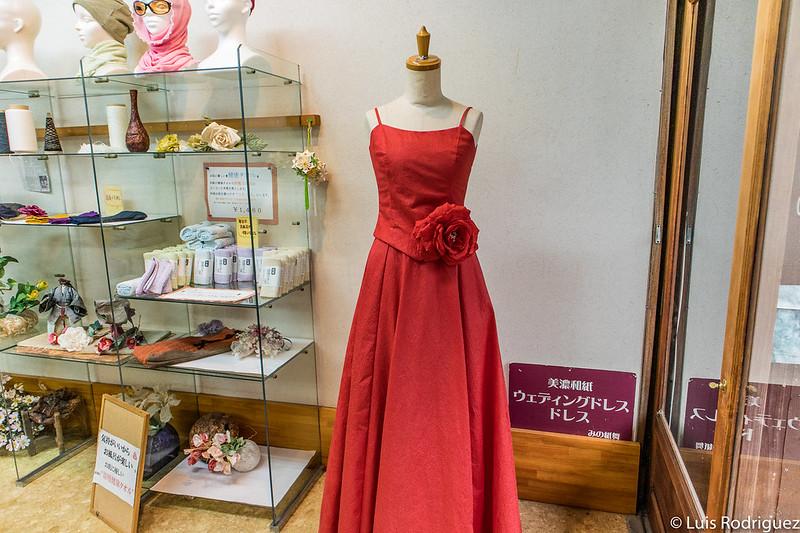 Vestido hecho con papel washi de Mino