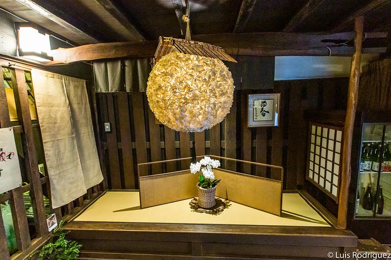 Lámpara que imita una bola sugidama hecha con papel washi