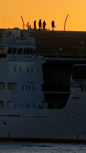 japon japan yokohama leverdesoleil sunrise garçons boys quai pier bateau boat composition ōsanbashipier