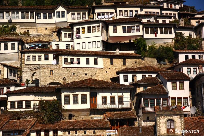 Berat, Albania, valkoiset talot, vaaka