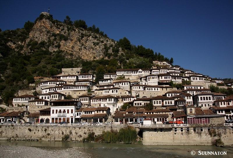 Berat, Albania, valkoiset talot vuorella