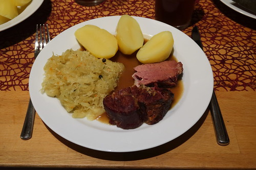 Kasseler Nackenbraten mit viel Soße, Salzkartoffeln und Sauerkraut (mein Teller)