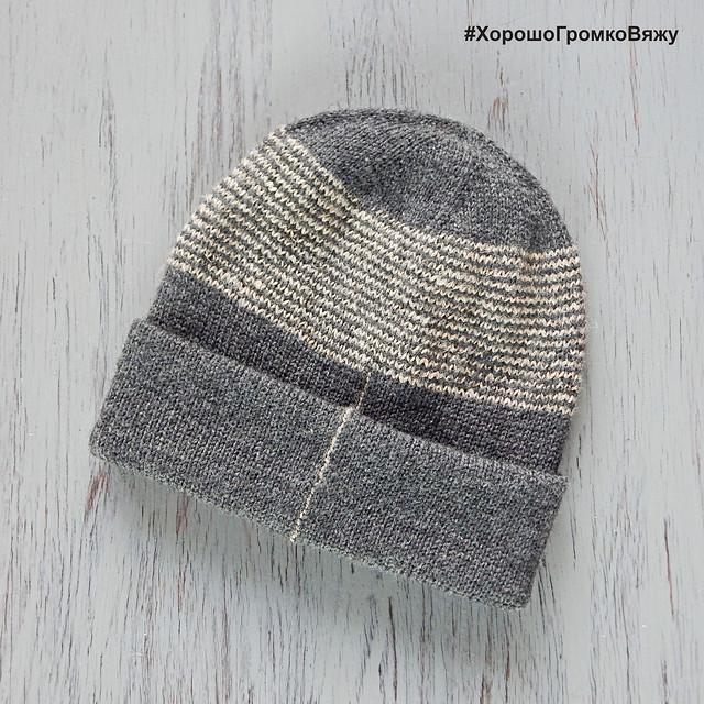 Как связать спицами двойную шапку с отворотом и украсить её хеликсными полосками? Читайте в блоге HoroshoGromko.ru