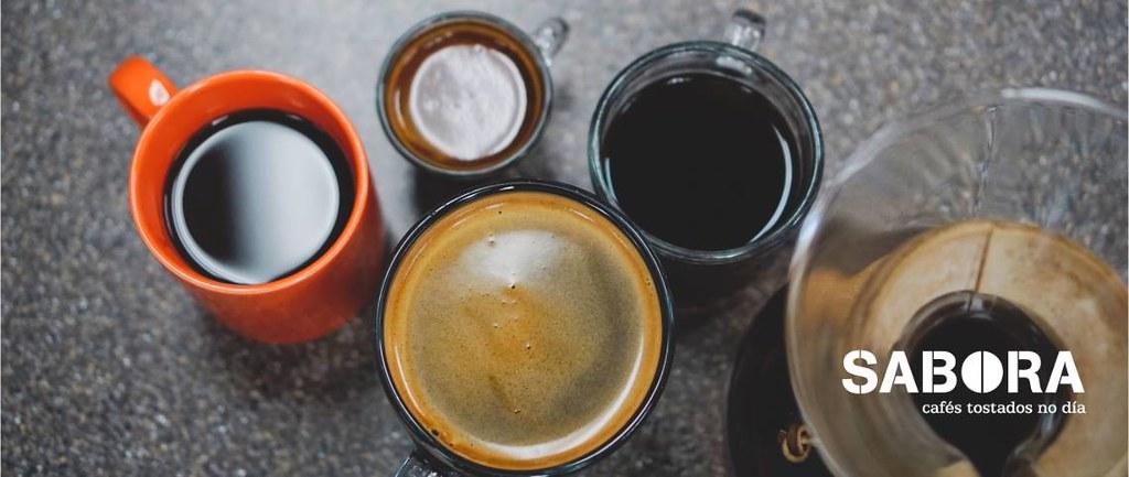 Varios cafés solos en mesa,