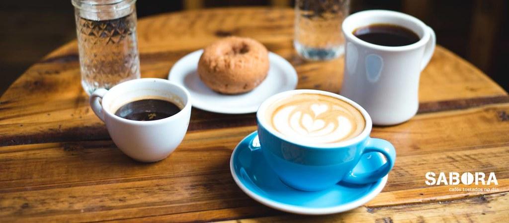 Mesa con diferentes tipos de cafés