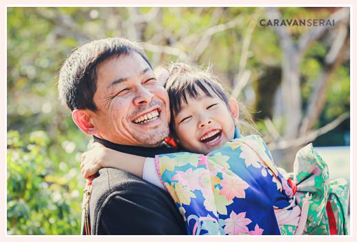 七五三 絵顔の7歳の女の子とパパ