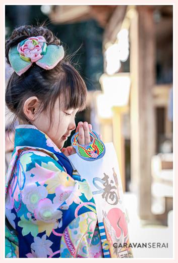 七五三詣り 神さまに向かって手を合わせる女の子