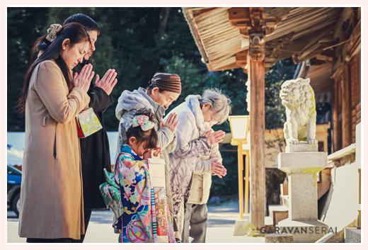 猿投神社で七五三 本殿の前で手を合わせる
