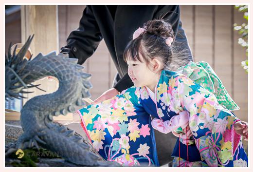 七五三 7歳女子 神社の手水舎で手を清めるシーン