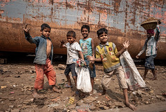 Although they are poor but they live happily  他们虽然 生活得很贫穷,但是活得开心 Dhaka-Bangladesh