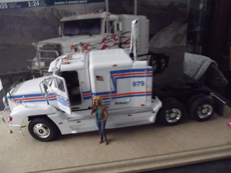 freightliner fld 120 spécial 1/24 italeri figurine MB 49568783301_e84401d0ea_c
