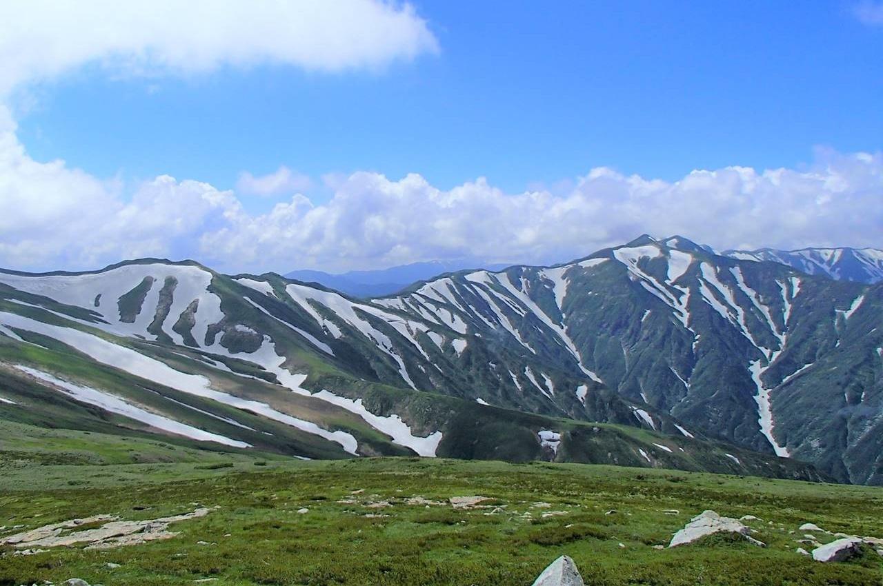 夏の飯豊連峰 電車・バスで行く縦走登山