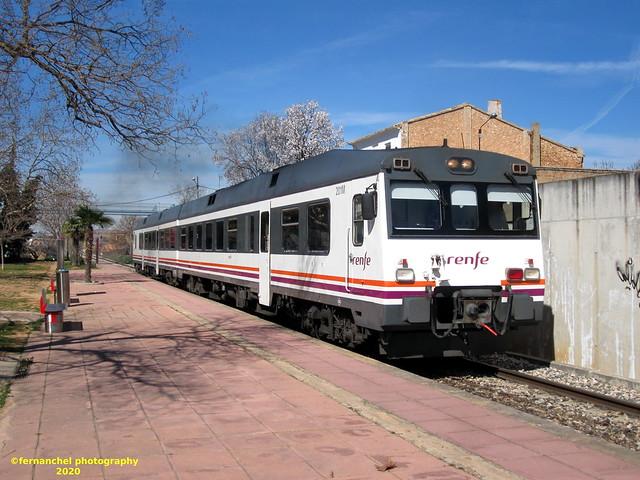 Tren de media distancia de Renfe (Regional Madrid-Valencia) a su paso por la Estación de SAN ANTONIO DE REQUENA (Valencia)
