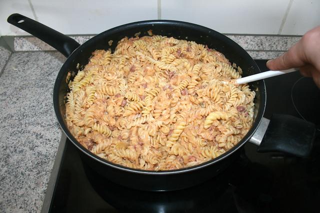 33 - Nudeln & Sauce vermischen / Mix pasta with sauce