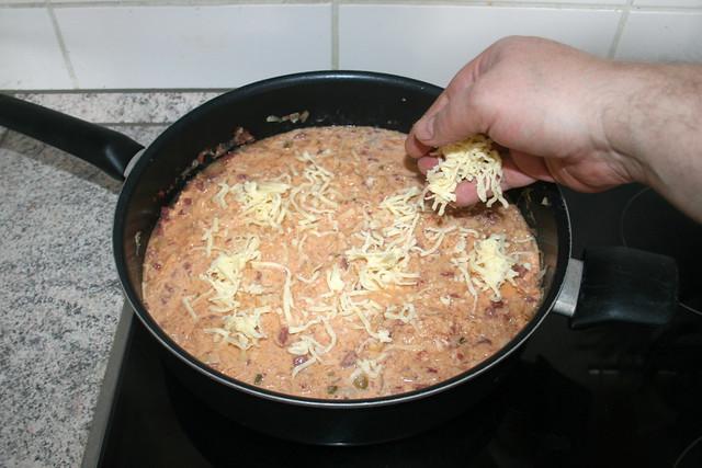 29 - Geriebenen Käse einstreuen / Add grated cheese