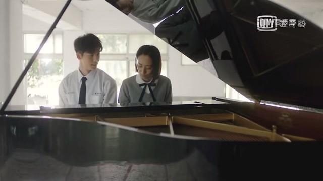 台劇《想見你》第六集,陳韻如(黃雨萱)彈鋼琴給李子維聽