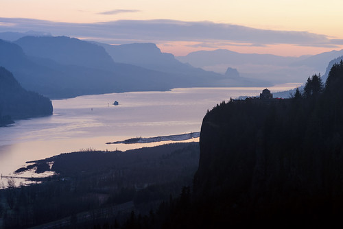 crownpoint oregon columbiagorge pacificnorthwest vistahouse sunrise columbiariver clouds winter february 2020 garyquay nikon river water silhouette dawn