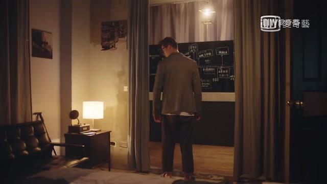 台劇《想見你》第四集,年長版的李子維,家裡有劇透小黑板