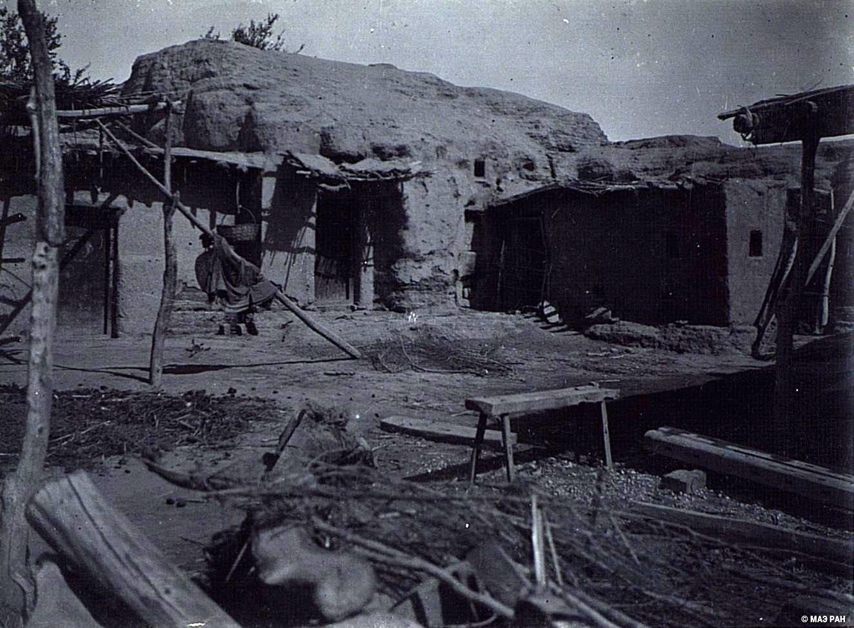 16. Развалины древней столицы Уйгурии Бишбалыка. Китайское жилище, устроенное в стене города