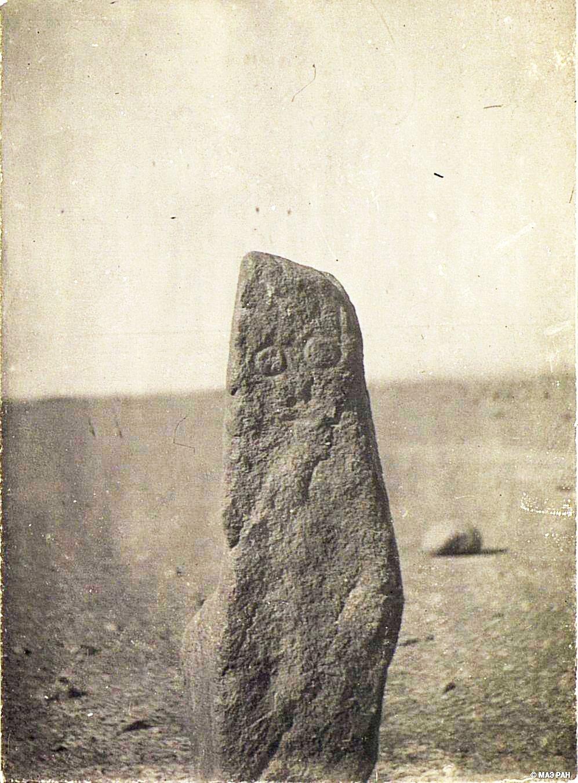 07. Путь от Урумчи до Турфана. Каменный столб с изображением человеческого лица