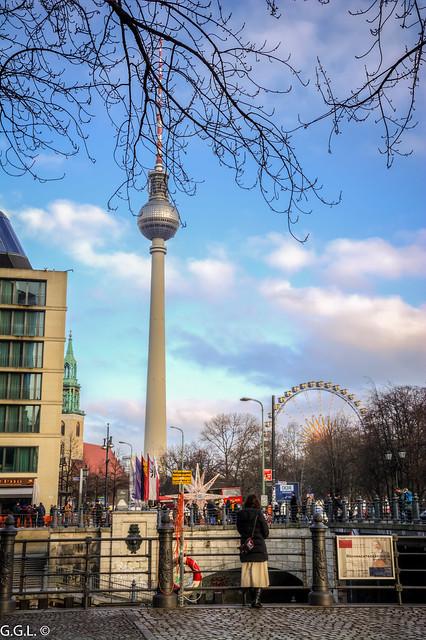 Liebknechtbrücke. Berlin. Bewunderung des Fernsehturms.