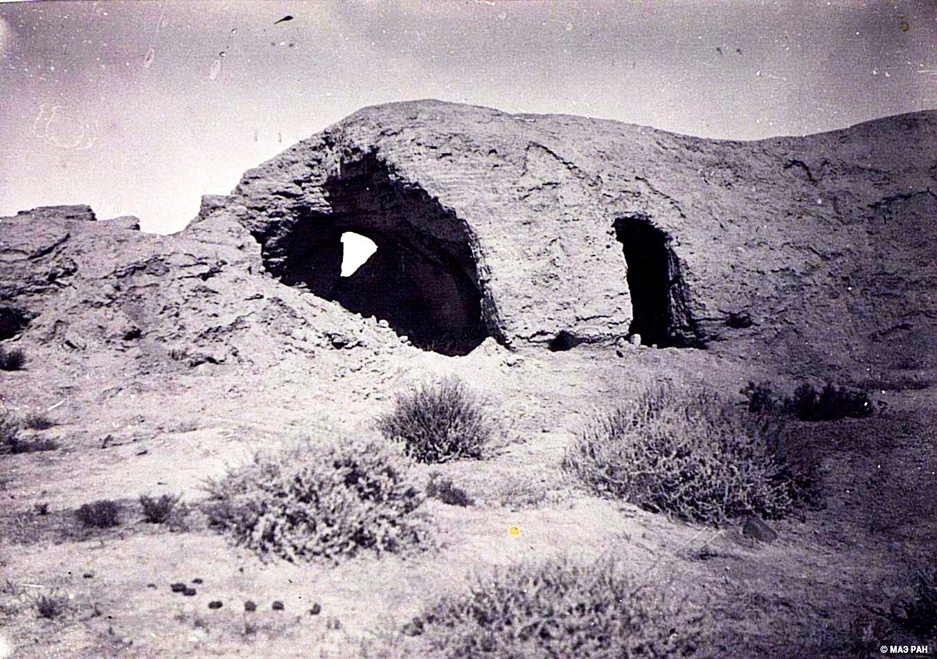 25. Развалины древней столицы Уйгурии Бишбалыка. Северная городская стена с пещерами